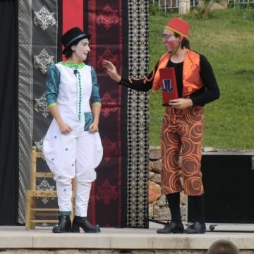 Festa de final de curs. Teatre, música, titelles, màgia i contes.